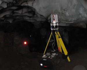 Scanning in Warren Cave (December 2011, Photo: D. Killingsworth)